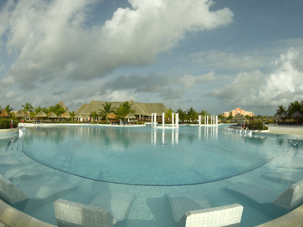 Grand Palladium White Sand Swimming pool